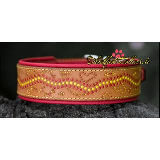 5cm breites Lederhalsband in braun / rot unterlegt mit Verzierungen in rot und gelb verstellbar von 43cm - 51cm
