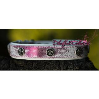 4cm breites Lederhalsband in weiß / pink glitzer / weiß unterlegt mit Ziernieten : Fleur de Lis  60cm -68cm